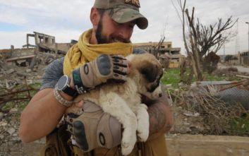 Βρετανός έσωσε κουτάβι από τα συντρίμμια σχολείου στη Ράκα