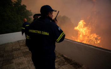 Μεγάλη φωτιά στην Εύβοια: Πυροσβέστης μεταφέρθηκε με εγκαύματα στο ΚΑΤ