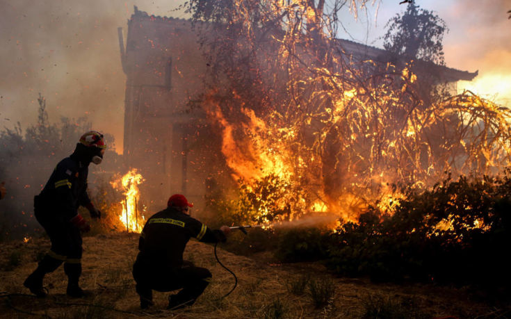 Σε κατάσταση έκτακτης ανάγκης η Εύβοια, στα πρώτα σπίτια οι φλόγες