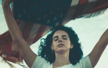 Η Λάνα ντελ Ρέι τραγουδά για μια Αμερική χωρίς ένοπλες επιθέσεις