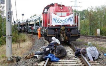 «Μπλόκο» από οικολόγους σε τρένο στο Βόλφσμπουργκ με αυτοκίνητα της Volkswagen