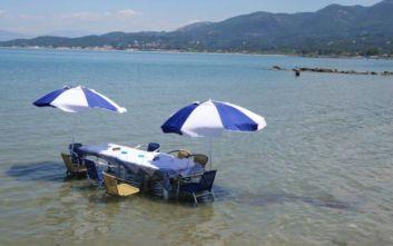 Ταβέρνα έβαλε τραπέζι στη θάλασσα για φαγητό στη δροσιά