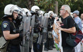Ένταση μεταξύ ΜΑΤ και διαδηλωτών πριν την ορκωμοσία Πατούλη στο Ζάππειο