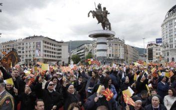 Άγνωστοι βανδάλισαν τις νέες πινακίδες των αγαλμάτων στα Σκόπια