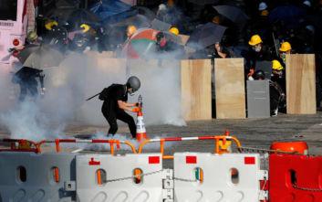 Πνίγεται στα δακρυγόνα το Χονγκ Κονγκ