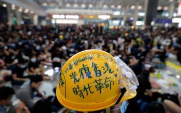 Στο αεροδρόμιο του Χονγκ Κονγκ οι διαδηλωτές, ενημερώνουν τους ταξιδιώτες