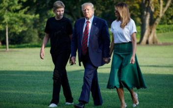 Η σικ εμφάνιση της Μελάνια Τραμπ και οι γόβες-στιλέτο  στο γρασίδι