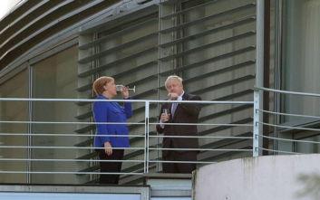Άνγκελα Μέρκελ και Μπόρις Τζόνσον τα... «τσούζουν» στην υγεία του Brexit