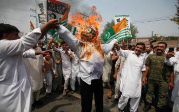 Χιλιάδες Πακιστανοί στους δρόμους για το Κασμίρ
