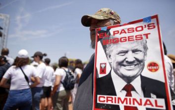 Με πλακάτ και πανό υποδέχθηκαν τον Τραμπ στο Ελ Πάσο