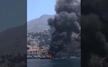 Βίντεο από τη στιγμή που το σκάφος στη Σύμη έχει τυλιχθεί στις φλόγες