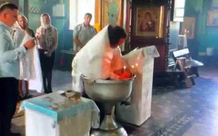 Σάλος για ορθόδοξο ιερέα σε βάφτιση που μοιάζει με… κακοποίηση βρέφους