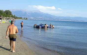 Έτριβαν τα μάτια τους σε παραλία στη Ναύπακτο όταν αμάξι «βούτηξε» στη θάλασσα