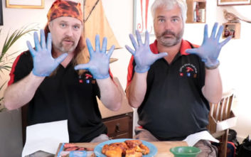 Το θανατερά πικάντικο κοτόπουλο που χρειάζεσαι… γάντια για να φας