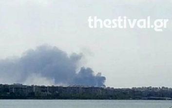 Φωτιά σε επιχείρηση στη Θεσσαλονίκη, κλειστός ο δρόμος προς Μηχανιώνα