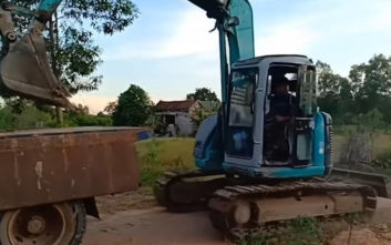 Φορτώνει γερανό πάνω σε φορτηγό με μοναδικό τρόπο