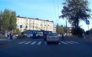 Όταν ένα αυτοκίνητο σταματάει πάνω σε διάβαση πεζών οι Ρώσοι έχουν τη λύση