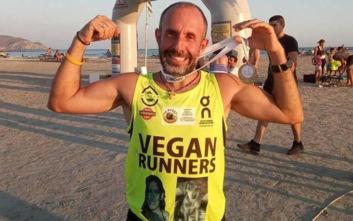 Έτρεξε 12,5 χιλιόμετρα ξυπόλητος