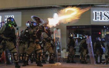 Χάος στο Χονγκ Κονγκ, με δακρυγόνα και σφαίρες από καουτσούκ διέλυσε η Αστυνομία τους διαδηλωτές