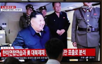 Ο Κιμ Γιονγκ Ουν επέβλεψε τη δοκιμή εκτοξευτήρα πολλαπλών πυραύλων