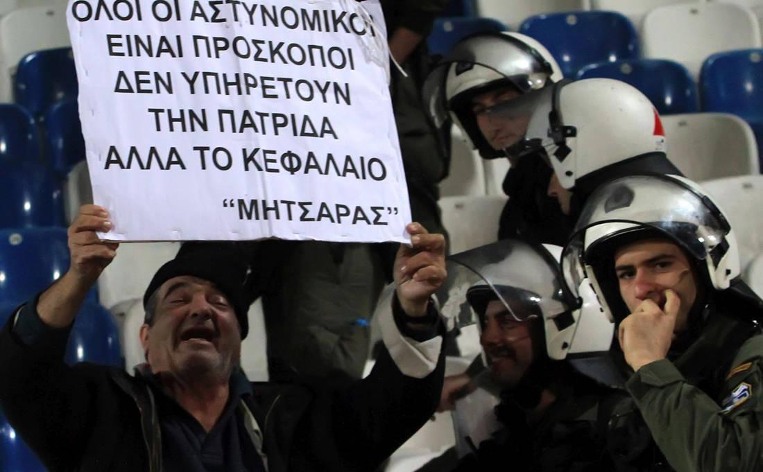 Η μυστηριώδης εξαφάνιση του θρυλικού Μητσάρα των ελληνικών γηπέδων- Κάποιοι είπαν πως πέθανε, κάποιοι πως αγνοείται και όλοι τον θυμούνται για το χαμόγελο και τα αιχμηρά πλακάτ του