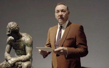 Ο Κέβιν Σπέισι απαγγέλλει ποίηση σε μουσείο της Ρώμης