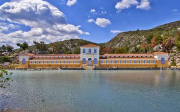 Η ελληνική λουτρόπολη με την ηφαιστειακή πισίνα από θειάφι