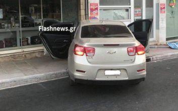 Αυτοκίνητο μπήκε μέσα σε βιτρίνα μαγαζιού στα Χανιά