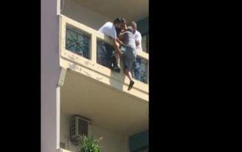 Η σοκαριστική στιγμή που άνδρας ζαλίζεται και κρέμεται από το μπαλκόνι