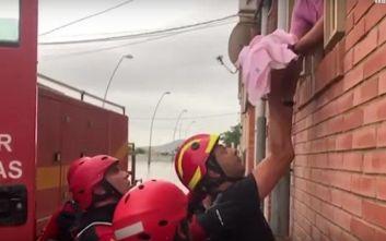 Συγκλονιστικό βίντεο διάσωσης βρέφους από τις πλημμύρες στην Ισπανία