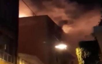 Φωτιά στην Ομόνοια: Μάχη της πυροσβεστικής να μην επεκταθούν οι φλόγες σε παρακείμενα διαμερίσματα