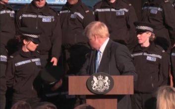 Παραλίγο να λιποθυμήσει μια αστυνομικός κατά τη διάρκεια ομιλίας του Μπόρις Τζόνσον