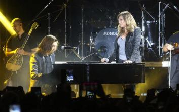Καίτη Γαρμπή: Η συγκινητική στιγμή που παίζει πιάνο ο γιος της σε συναυλία της