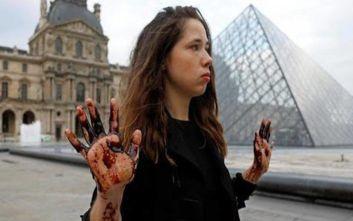 Ακτιβιστές πασάλειψαν με μελάσα την Πυραμίδα του Λούβρου
