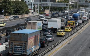 Κυκλοφοριακό χάος στον Κηφισό μετά από ανατροπή φορτηγού: Τραυματίστηκε ο οδηγός