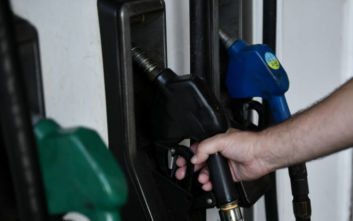 Υπουργείο Ανάπτυξης: Σταθερές οι τιμές της βενζίνης στην Ελλάδα παρά τις ανατιμήσεις στη διεθνή αγορά