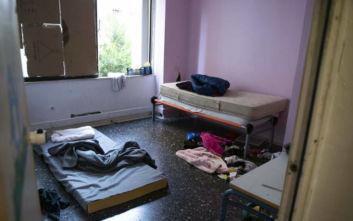 Εικόνες από την εκκένωση του «Τοσίτσειου Σχολείου» και του κτιρίου στην Αχαρνών 22