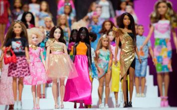 Η ιστορία της γυναίκας - φαινόμενο πίσω από τη Barbie γίνεται ταινία