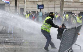Γαλλία: Χρήση δακρυγόνων και 30 προσαγωγές στην κινητοποίηση των «κίτρινων γιλέκων»