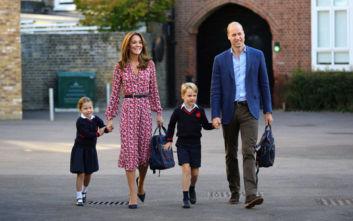 Πρώτη μέρα στο σχολείο για την πριγκίπισσα Σάρλοτ με νάζια και ντροπές