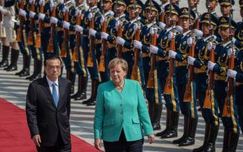 Το μήνυμα της Μέρκελ από την Κίνα για το Χονγκ Κονγκ και το πανό των διαδηλωτών