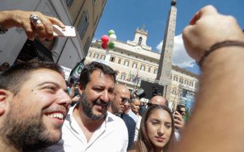 Ο Σαλβίνι σε διαδήλωση ακροδεξιών, με παρευρισκόμενους να χαιρετούν φασιστικά