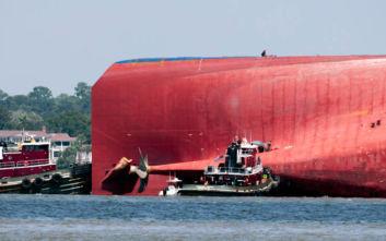 Αγωνιώδεις προσπάθειες να σωθούν ναυτικοί από πλοίο που μέρος του βρίσκεται κάτω από το νερό