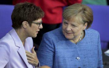 Γερμανία: Διαψεύδει τις φήμες για ρήξη με τη Μέρκελ η υπουργός Άμυνας
