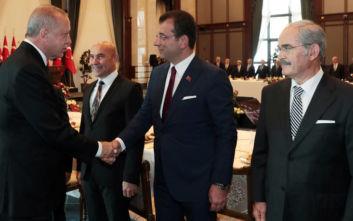 Ο Ερντογάν «έβαλε» τον δήμαρχο της Κωνσταντινούπολης να κάτσει σε σπασμένη καρέκλα