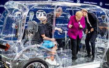 Οικολόγος ακτιβιστής προσπάθησε να πλησιάσει τη Μέρκελ σε έκθεση αυτοκινήτου