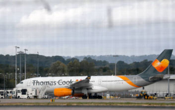 Κλάματα επιβατών και έρανος για τους εργαζόμενους στην τελευταία πτήση της Thomas Cook