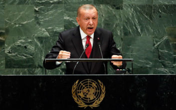 Η αμήχανη στιγμή του Ερντογάν που μιλά τουρκο-αγγλικά στη συντονίστρια του πάνελ