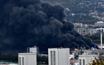 Έσβησε η φωτιά που έκαιγε χημικό εργοστάσιο στη Γαλλία