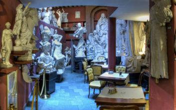 Το παράδοξο café στη Ρώμη που σερβίρει τσάι δίπλα σε τεράστια γλυπτά
